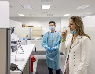 abbott-ceo-says-it-has-a-team-of-virus-hunters-on-new-covid-variants