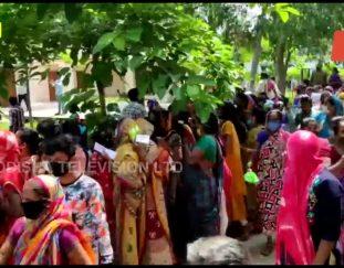 berhampur-massive-public-rush-covid-rules-go-to-wind-at-vaccination-centre