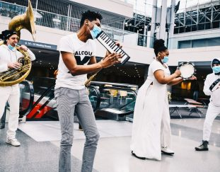 new-yorks-pop-up-concerts-kick-off-with-jazz-at-a-vaccination-site