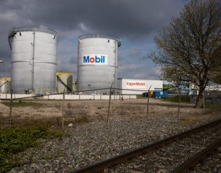 exxon-mobil-faces-climate-change-battle-at-annual-meeting-live-updates