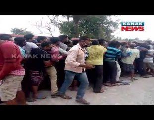 jagatsinghpur-crowd-in-outside-of-covid-vaccination-centre